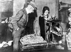 Inflation Geldscheine werden gewogen